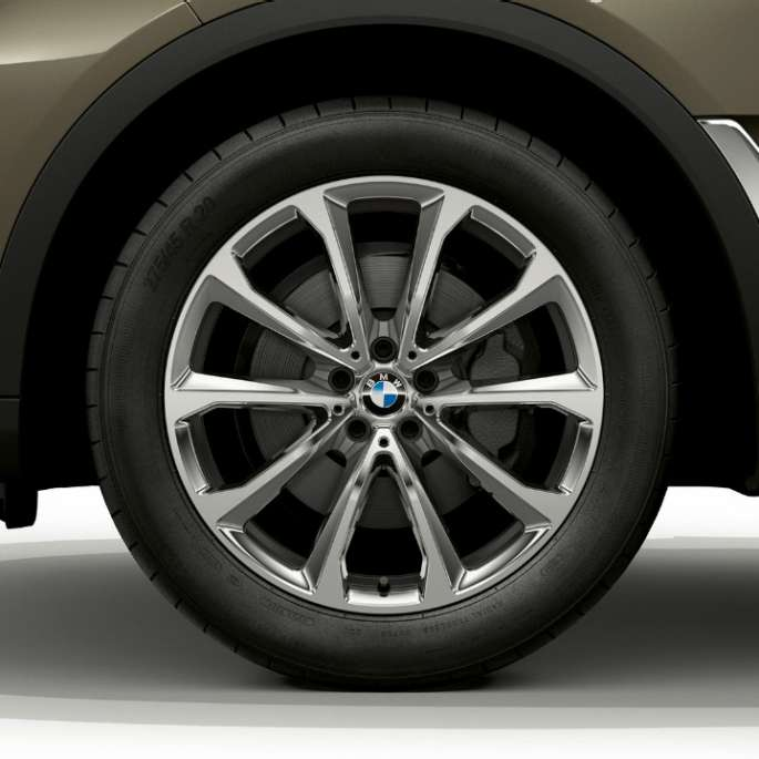 Close-up of the light alloy wheel of the BMW X7